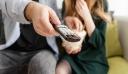 Η… μάχη του τηλεκοντρόλ: Η γυναίκα ή ο άντρας επιλέγει τι θα δουν στην τηλεόραση;