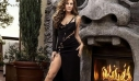 H Elizabeth Hurley αποθεώνει ακόμα μια φορά το εμβληματικό Versace φόρεμα που φόρεσε το 1994