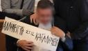 Κρέμασαν ταμπέλα «αλληλεγγύη στις καταλήψεις» στο λαιμό του πρύτανη της ΑΣΟΕΕ