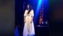 H Πάολα τη στιγμή που ερμηνεύει Μίκη Θεοδωράκη στα Πρέσπεια [Βίντεο]