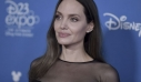 "H Angelina Jolie ""ξαναχτυπά"": Το Versace φόρεμα με έντονο σκίσιμο είναι μια ωδή στο look της από τα Oscars του 2012"