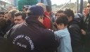 Σάλος στο Ελληνικό: Αστυνομικός αντάλλαξε γροθιές με παιδάκι σε πρώτο πλάνο (βίντεο)