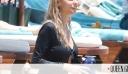 Η Δούκισσα Νομικού με σοφιστικέ total black look και στη θάλασσα