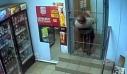Διαρρήκτης μπαίνει στο κατάστημα κυριολεκτικά σαν ποντικός