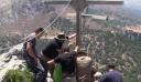 Κρητικοί ανέβασαν με τα χέρια σταυρό 100 κιλών στην κορυφή του βουνού [φωτο+βίντεο]
