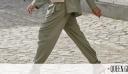Υπάρχει ένα styling trick που θα κάνει το παλιό σου παντελόνι super stylish