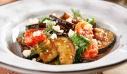 Σαλάτα με ψητές μελιτζάνες, πιπεριές και φέτα