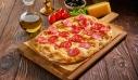 Επίπεδο ψωμί με πεπερόνι και μέλι
