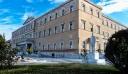 Guardian: Επιτέλους πετάνε τα τασάκια από την ελληνική Βουλή