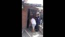 Απίστευτο: Ήθελε να κρυφακούσει τους γείτονες και σφήνωσε το κεφάλι της στην πόρτα