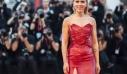 Η Scarlett Johansson με κατακόκκινο φόρεμα στο Φεστιβάλ Βενετίας. Δεν είναι αυτή η καλύτερή της εμφάνιση. Υπάρχουν αποδείξεις