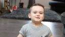 Τρίχρονος που έχασε τα πόδια του από μηνιγγίτιδα κάνει τα πρώτα του βήματα με προσθετικά άκρα