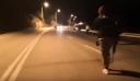 Λέσβος: Καρέ καρέ η στιγμή που άνδρας πυροβολεί με καραμπίνα έξω από στρατόπεδο (βίντεο)