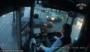 Εντυπωσιακή αντίδραση γυναίκας οδηγού τραμ που παρέσυρε αυτοκίνητο – Έγινε viral (βίντεο)