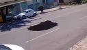 Τρύπα στο δρόμο «καταπίνει» διερχόμενο αυτοκίνητο