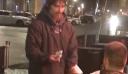 Έδωσε σε άστεγο την κάρτα του για να σηκώσει όσα χρήματα ήθελε – Εκείνος επέστρεψε με την απόδειξη [φωτο+βίντεο]