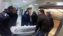 Γέμισαν μια μπανιέρα με ρούβλια και αγόρασαν το νέο iPhone Xs