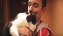 Δείτε πως υποδέχεται μια γάτα τον ιδιοκτήτη της μετά από τρεις εβδομάδες απουσίας [Βίντεο]