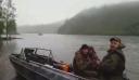 Αυτοί οι Ρώσοι ψάρευαν στη λίμνη. Μέχρι που είδαν κάτι απίστευτο να έρχεται κατά πάνω τους!