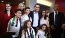 Αλέξης Τσίπρας: Μοίρασε αγκαλιές και δώρα στα παιδιά που του είπαν τα κάλαντα