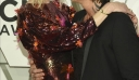 H Nicole Kidman με sequin φόρεμα Versace βγαίνει από τη ζώνη ασφαλείας της