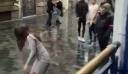 Πορτιέρης γρονθοκοπεί κοπέλα και διχάζει το Διαδίκτυο [βίντεο]