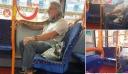 Τύλιξε το πρόσωπο του με ένα… φίδι και μπήκε στο λεωφορείο ανενόχλητος