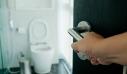 Ο απίστευτος νόμος της Σκωτίας περί χρήσης της τουαλέτας του σπιτιού σου από περαστικούς