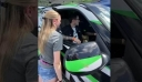 «Ένα ζευγάρι δοκιμάζει το νέο subwoofer που έχει εγκαταστήσει στο αυτοκίνητo και τελικά θα χρειαστούν καινούργιο όχημα…»
