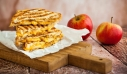 Σάντουιτς με καραμελωμένα μήλα και τσένταρ