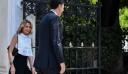Το twist στο ασπρόμαυρο σύνολο της Τζένης Μπαλατσινού για την εμφάνισή της στο Προεδρικό Μέγαρο