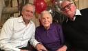 Ο Κεργκ Ντάγκλας έγινε 101 ετών – Η φωτογραφία καθισμένος στα πόδια της νύφης του, Κάθριν Ζέτα Τζόουνς [Εικόνες]