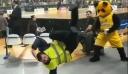 Σεκιουριτάς κάνει breakdance στο ΟΑΚΑ και νικά τη μασκότ της ΑΕΚ (βίντεο)