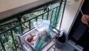 Χίος: Ηλικιωμένη έριξε επίδοξο διαρρήκτη από το μπαλκόνι με σφουγγαρίστρα (βίντεο)