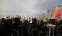 Πυροσβέστες συγκρούστηκαν με αστυνομικούς στο Παρίσι – Δακρυγόνα κατά των διαδηλωτών