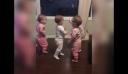Αυτά τα τετράδυμα κοριτσάκια λατρεύουν να αγκαλιάζονται [βίντεο]