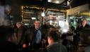 Χαλαρός και φορώντας δερμάτινο μπουφάν ο Τσίπρας ήπιε το ποτό του σε μπαράκι της Αλεξανδρούπολης