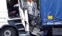 Απίστευτο αλλά ο οδηγός του βαν κατάφερε να βγει ζωντανός από το «σάντουιτς» των δύο φορτηγών