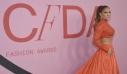 CFDA Awards: Η Jennifer Lopez (πάλι) με crop top και η Gigi Hadid με την πιο αναβαθμισμένη εκδοχή του ανδρόγυνου στιλ