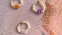 Τα κοσμήματα με σχέδια λουλουδιών είναι το μόνο jewelry trend που χρειάζεται να ξέρεις φέτος