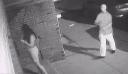 Βιαστής άρπαξε νεαρή γυναίκα την ώρα που έμπαινε στο διαμέρισμά της και κάμερα ασφαλείας κατέγραψε το τρομακτικό βίντεο