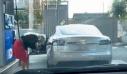 Γυναίκα προσπαθεί να βάλει καύσιμα σε ηλεκτρικό αυτοκίνητο