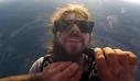 Ξύρισε το μούσι του κάνοντας ελεύθερη πτώση στα 3.000 μέτρα