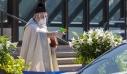 Ιερέας φόρεσε γάντια και μάσκα και ψέκασε αγιασμό στους πιστούς με νεροπίστολο
