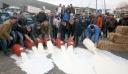 Κτηνοτρόφοι έχυσαν γάλα στην Ε.Ο Λάρισας-Κοζάνης