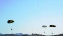 Καταδρομέας τραγουδά το «Μακεδονία ξακουστή» ενώ πέφτει με αλεξίπτωτο