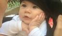 Το βλέμμα της αγάπης! Μωρό ακούει τη μαμά του να τραγουδάει και λιώνει