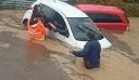 Η συγκλονιστική επιχείρηση απεγκλωβισμού γυναίκας από αυτοκίνητο που βουλιάζει στα λασπόνερα [φωτο]