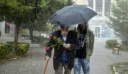 Υπό καταρρακτώδη βροχή κατέθεσε λουλούδια στο Πολυτεχνείο ο Γλέζος