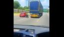 AMEA βγήκε στον αυτοκινητόδρομο πιασμένος από τον προφυλακτήρα μίας νταλίκας [βίντεο]